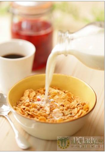 喝牛奶的好处多 辨别真假牛奶只需六大招
